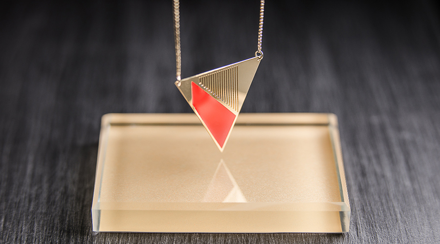 Collier triangle orange Chic Alors !